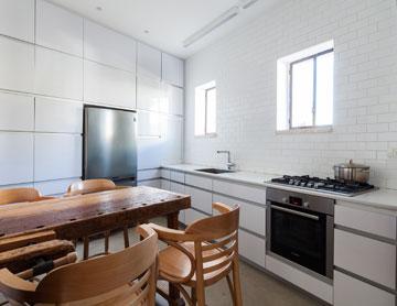 שילוב של ישן וחדש, למשל במטבח מודרני ולבן (צילום: טל ניסים)