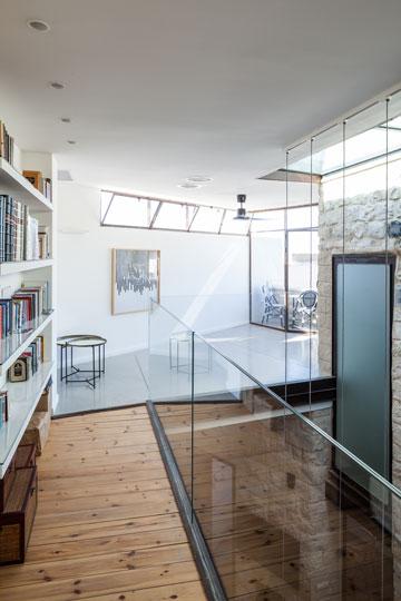המפלס העליון. ספריית ספרי קודש לכל גובהו של הבית (צילום: טל ניסים)