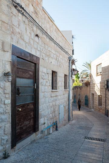 הרחוב והכניסה לבית (צילום: טל ניסים)