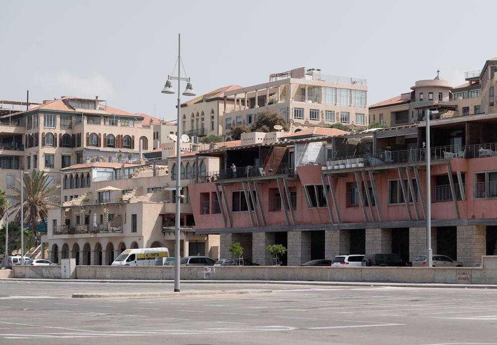 שכונת עג'מי, מבט מהחניונים של נמל יפו המשופץ. לתהליך הפיכתה של יפו לנכס נדל''ני תרמו פרויקטים עירוניים שמטרתם למשוך אוכלוסייה חזקה, במקביל להוצאת צווי פינוי לתושבים ערבים (צילום: גדעון לוין )