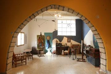 הסטודיו של הצייר מרסל ינקו בעין הוד. ינקו בחר לעצמו מבין הבתים שנעזבו ב-1948 בידי דייריהם, ולא הורשו לשוב (צילום: אלעד גרשגורן)