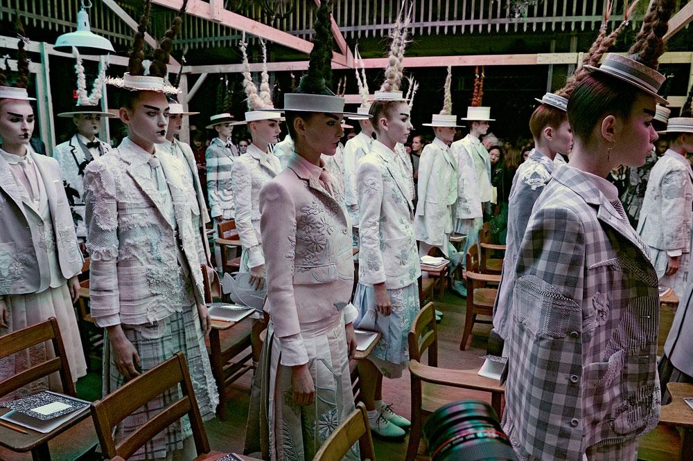 כל מה שמעולם לא ציפיתם מתלבושת אחידה. תצוגת אביב-קיץ 2016 של תום בראון בשבוע האופנה בניו יורק (צילום: gettyimages)
