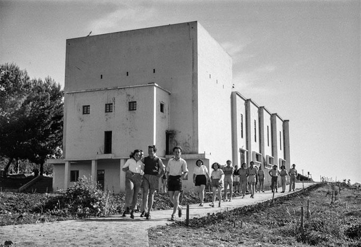 13. וגם הבניין הזה לא חדר אוכל, אבל גם הוא נמצא בקיבוץ. צולם ב-1946 (צילום: הצלמניה)