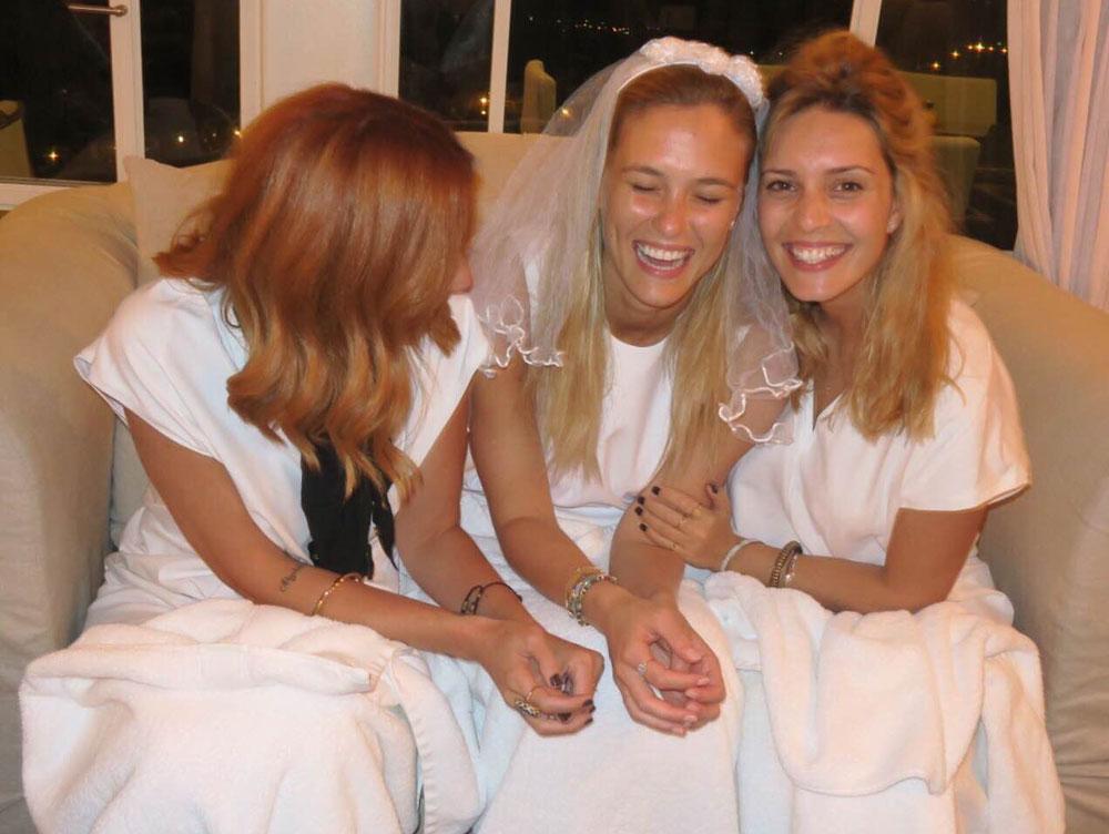 למה להסתפק במסיבת רווקות אחת? בר רפאלי והחברות הטובות במסע אל חיי הנישואין