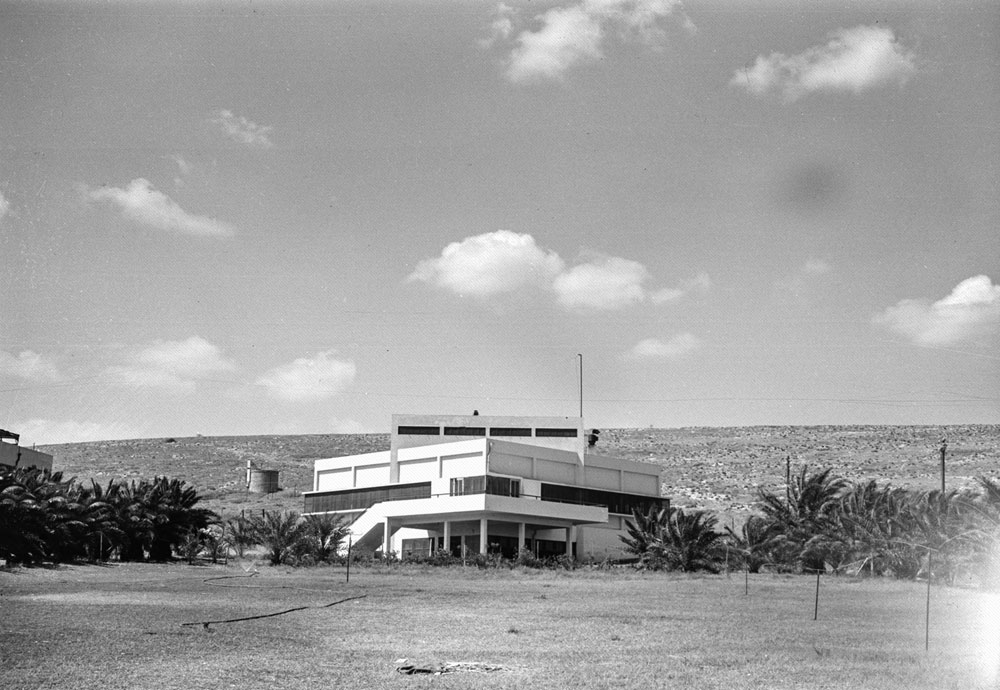 5. המבנה הזה נמצא ביישוב קטן יחסית, אבל לא החלטנו להתקיל אתכם. מדובר באחד הבניינים המפורסמים מסוגו, וחובבי אדריכלות ישראלית מכירים אותו. התמונה צולמה ב-1938 (צילום: הצלמניה)