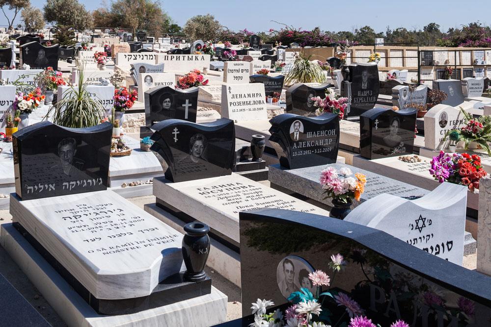 בבית הקברות החדש, סגנון ההנצחה הוא אישי במופגן. בתוך המסגרת הקבועה והצפופה, אפשר להנציח כמו שרוצים (צילום: טל ניסים)