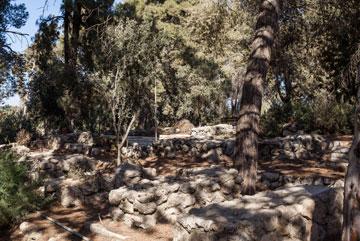 קשר עמוק לאדמה. מצבות האבן הפראית מתמזגות עם הטרסות (צילום: טל ניסים)