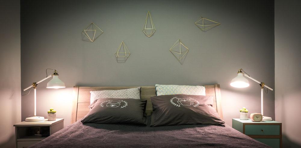 חדר השינה של ההורים, ובו אלמנטים גיאומטריים המופיעים גם בקולקציות של אופיר (צילום: איתי סיקולסקי)