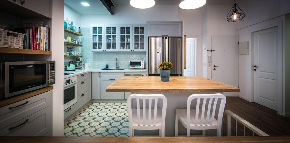 """""""אם תפתח את ארונות המטבח שלי, תמצא ספלים בצורות, גדלים וצבעים שונים, וצלחות עם עיטורים שונים בכל פריט"""" (צילום: איתי סיקולסקי)"""