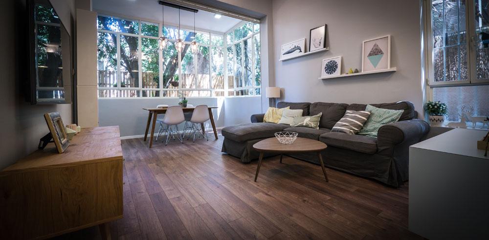 """""""ההשראה לבית הגיעה מעיצוב סקנדינבי, שיש בו צבעוניות בהירה וקווים נקיים מצד אחד, וחמימות מצד שני, שבאה לידי ביטוי בשימוש רב בעץ"""" (צילום: איתי סיקולסקי)"""