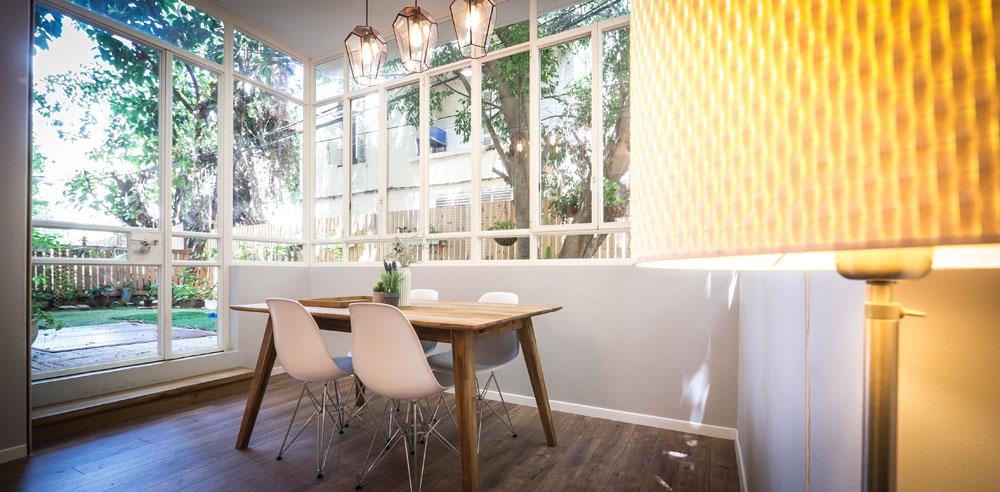 """הפינה האהובה על שלומית אופיר בבית: """"פינת האוכל המשפחתית, בגלל החלונות הגדולים שמכניסים את הגינה אל תוך הבית ונותנים תחושה של ישיבה מתחת לעץ בחצר"""" (צילום: איתי סיקולסקי)"""