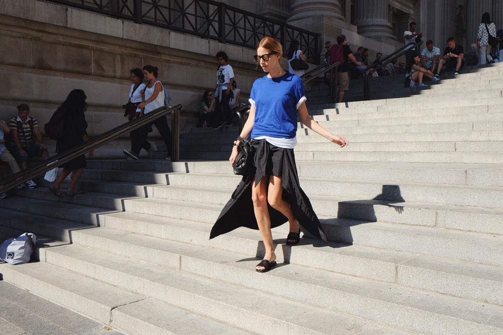 על מדרגות המטרופוליטן: חצאית, נטע אפרתי; משקפיים, אופטיקה חיות; תיק, דניאלה להבי; כפכפים, שני לקס ל-LAX (צילום: יערה קידר )