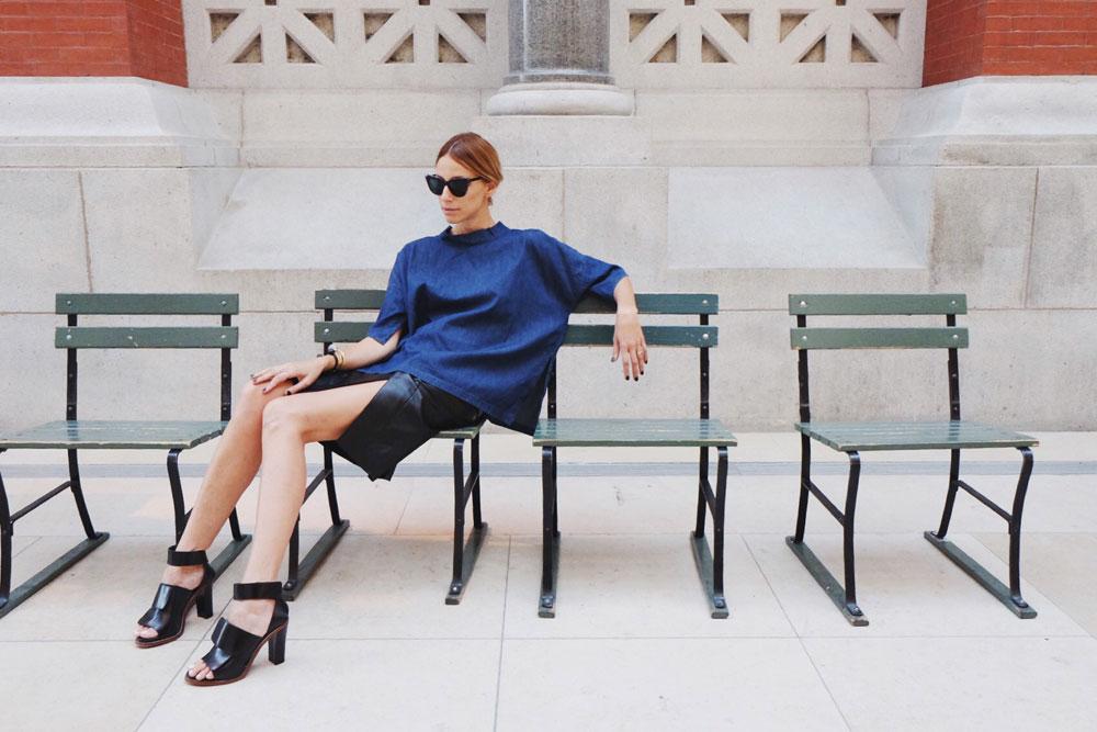 ליד הקפיטריה: חולצת ג'ינס וחצאית עור, מאיה נגרי; נעליים, אקנה (צילום: יערה קידר )