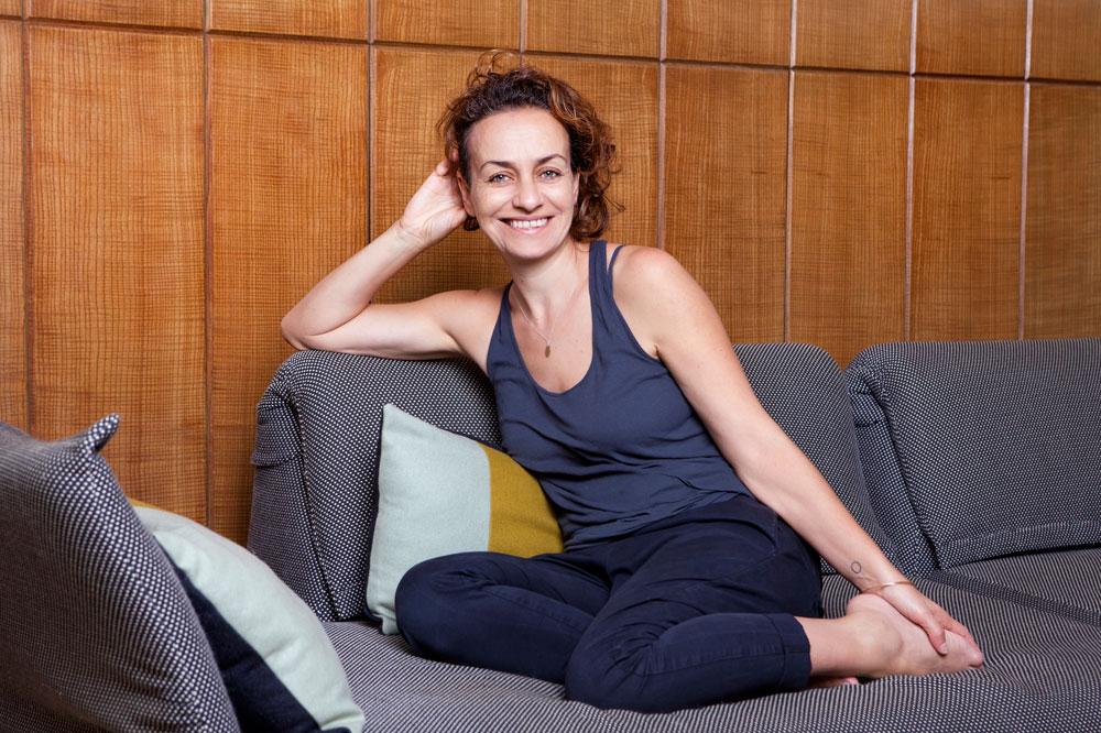 """אליס דהן בדירתה בתל אביב. """"הדבר הראשון שאני עושה כשאני נכנסת לדירה זה להוריד חזייה"""" (צילום: ענבל מרמרי)"""