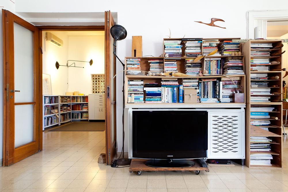 ספרים בכל פינה, טלוויזיה בגובה הרצפה (צילום: ענבל מרמרי)