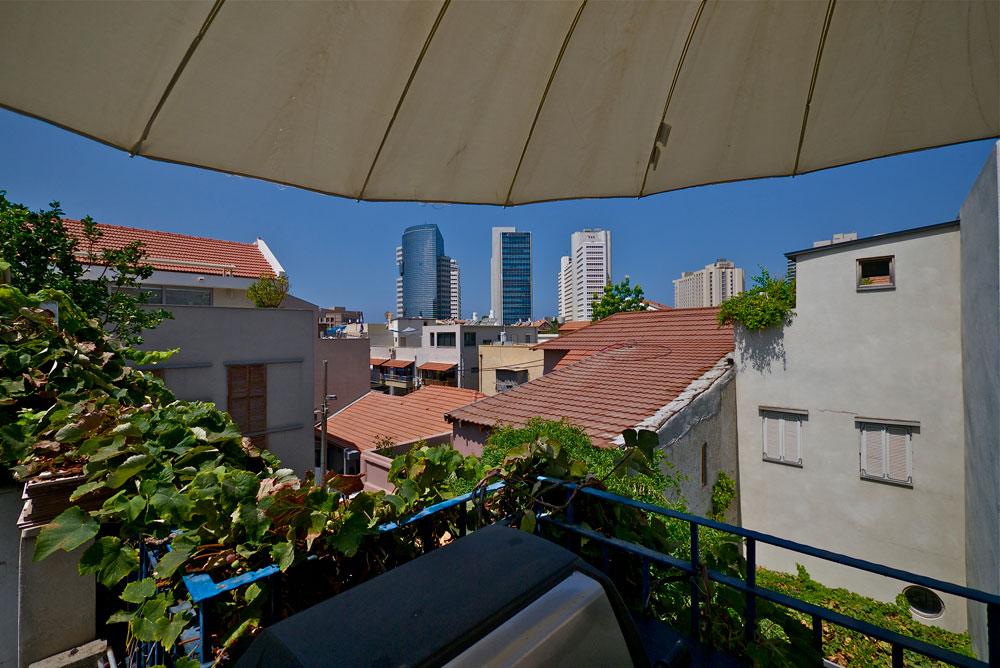 נוף מהמרפסת אל סמטאות נווה צדק ועבודות הפיתוח של תל אביב (צילום: איתי סיקולסקי)