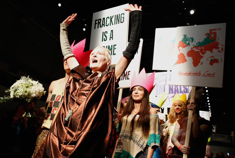 """""""פוליטיקאים הם פושעים"""". ויויאן ווסטווד הופכת את תצוגת האופנה להפגנה (צילום: gettyimages)"""