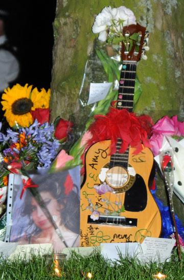 מזכרות שהשאירו מעריצים לאחר מותה (צילום: gettyimages)