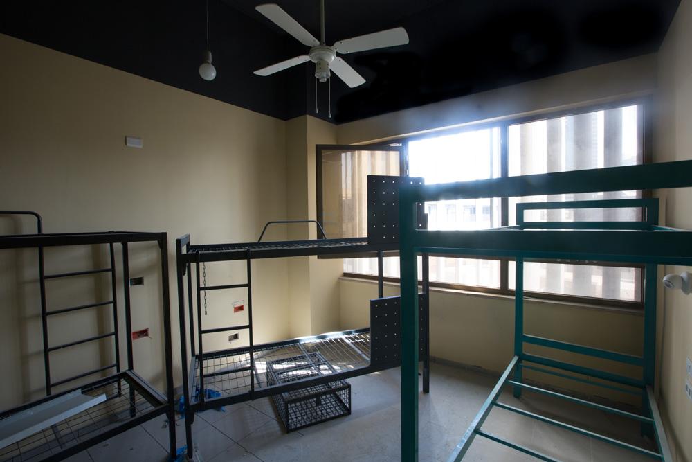 משפצים במרץ לקראת הפתיחה המתוכננת בדצמבר. כ-100 חדרים בגדלים שונים ישמשו 400 תרמילאים, בחדרים יחידים או משותפים (דורמיטורי) במחירים שמתחילים ב-80 שקל ללילה (צילום: דור נבו)