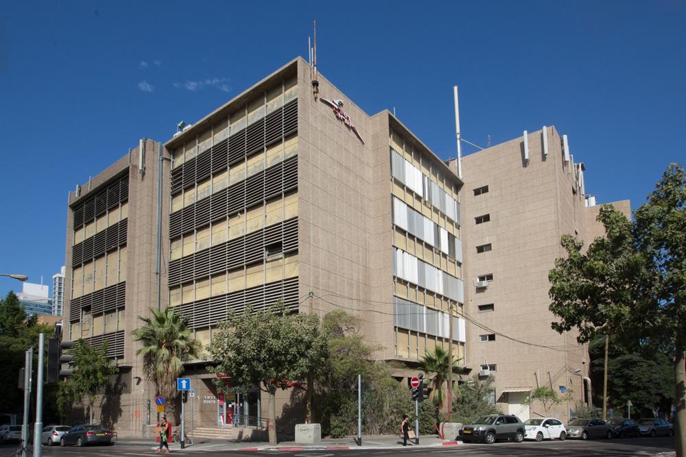 בניין הדואר, ששימש כמרכזיית בזק ונמצא בבעלותה כמו עשרות נכסים אחרים במדינה, נמצא בקרן הרחובות מקווה ישראל ולבונטין בגן החשמל בת''א (צילום: דור נבו)