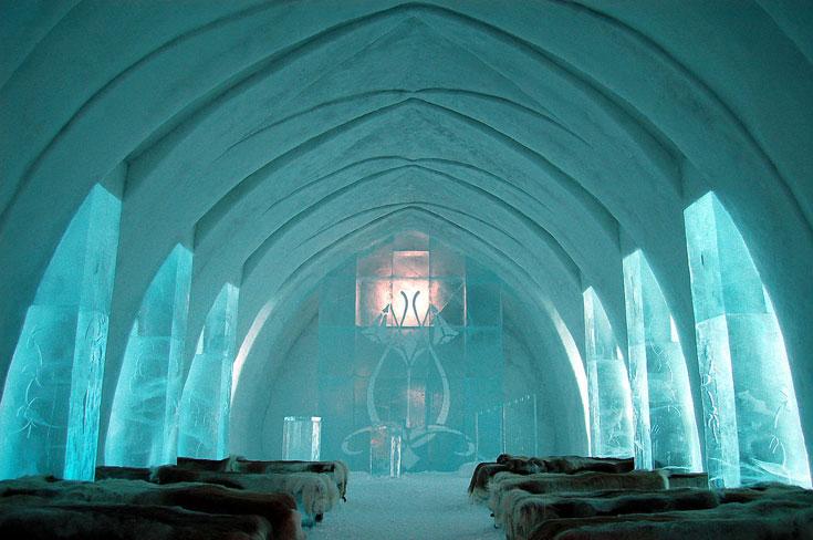 מלון קרח בכפר Jukkasjärvi בשוודיה. המלון כולו, כולל הכוסות בבאר, עשוי מבלוקים של קרח ושלג מנהר תורן הסמוך (צילום: bjaglin, cc)