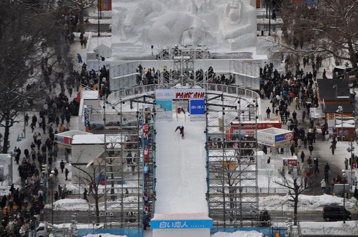 פסטיבל השלג בספורו, יפן, מושך אליו שני מליון איש בשנה (צילום: David McKelvey, cc)