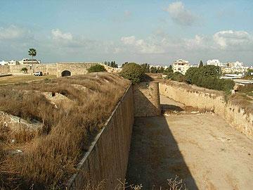 החפיר בין החומות. שטח הפקר (צילום: ברק זית)