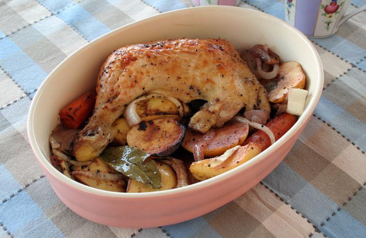 עוף אפוי עם חבושים, בצל, גזר ודבש (צילום: אסנת לסטר)