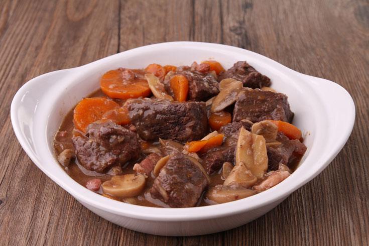 ארוחה שלמה בקערה אחת. תבשיל בשר עם תפוחי אדמה, גזר ופטריות (צילום: shutterstock)