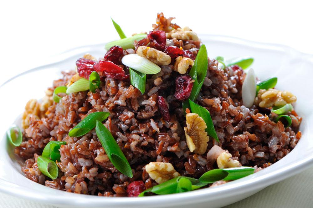 איזון מושלם בין  חמיצות ומתיקות, פריכות ורכות. אורז אדום עם קליפת תפוז, חמוציות, אגוזי מלך ובצל ירוק (צילום: דודו אזולאי)