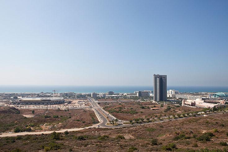 אצטדיון עופר (בצד שמאל) כחלק מפיתוח הכניסה הדרומית של חיפה. אין כאן מרקם עירוני, אלא אוסף פרויקטים (צילום: אביעד בר נס)