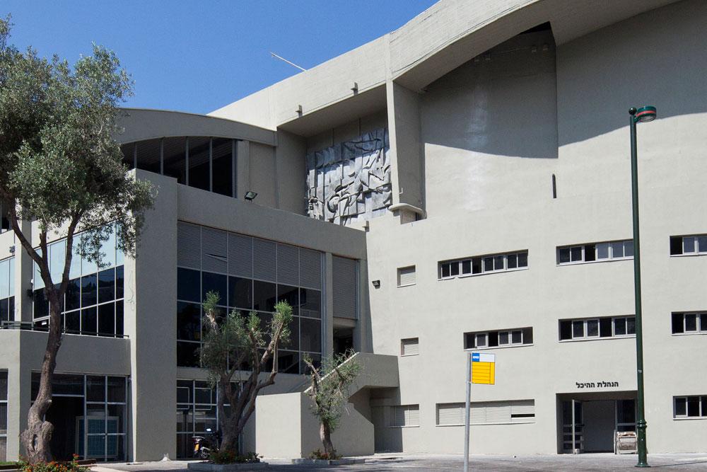 מבנה הבטון ברוממה שינה את פניו, והמבואה החדשה (עם בית קפה וחנויות) מסתירה את התבליטים היפהפיים של קניספל (נחבאים מצד שמאל). הוא לא מתכוון לוותר (צילום: אביעד בר נס)