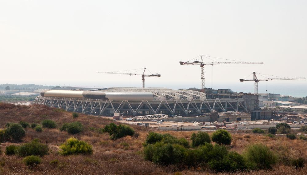 בכניסה הדרומית של חיפה מקימים את אצטדיון עופר. התכנון מושקע ונראה שהתוצאה תהיה מרהיבה. השאלה היא מה מרוויחה חיפה, אם האוהדים מגיעים ברכב הפרטי ולא נכנסים לעיר כלל (צילום: אביעד בר נס)