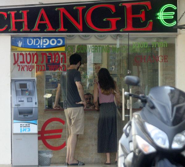 רוזנבלום והידידה מחליפים כסף, שדרות נורדאו, תל אביב (צילום: רועי חביב)