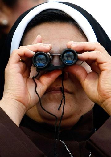 בתמונה: החברות החדשות שלך בזמן הגירושין. נזירה מראה לעמיר פרץ איך עושים את זה נכון (צילום: gettyimages)