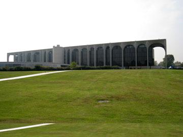 מטה ''מונאדאורי'' ליד מילאנו. המטרה הייתה להפוך את הבניינים לנקודת ציון משמעותית במרחב (צילום: Nitot, cc)