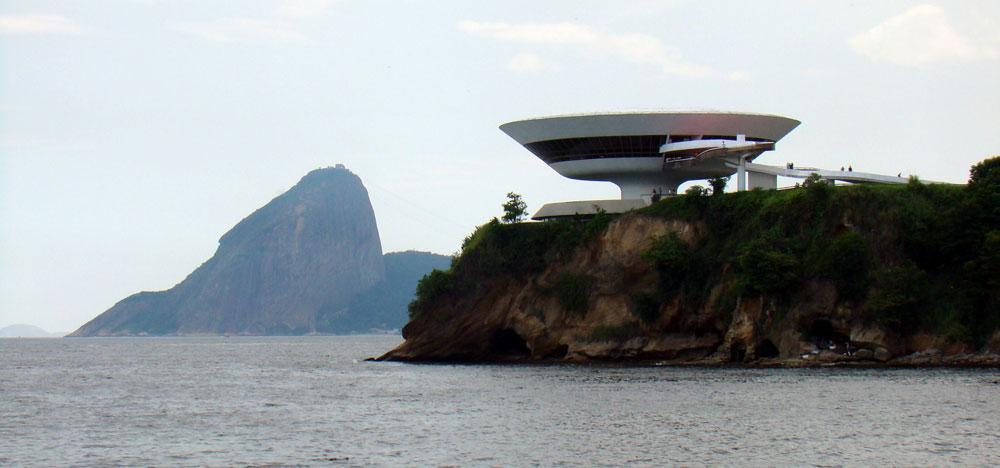 המוזיאון לאמנות מודרנית בריו דה ז'נרו, 1996. עד לפני שנתיים המשיך נימאייר לעסוק בתכנון (צילום: Rodrigo, cc)