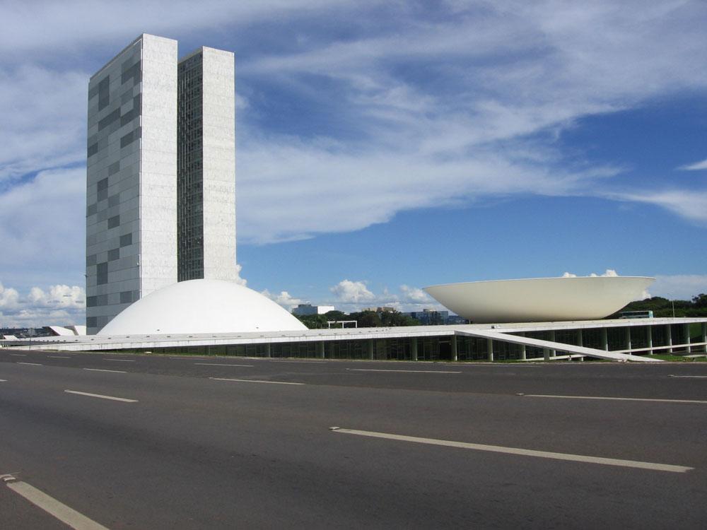בניין הקונגרס בברזיליה. התכנון של בירת ברזיל על שולחן האדריכלים, שנימאייר היה שותף מרכזי בו, הציב אותו על מפת האדריכלות העולמית והפך אותו לכוכב בינלאומי (צילום: xenia antunes, cc)