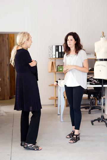 קרלה סוזאני והמעצבת רחל כהן. ''למה שמעצבת צעירה כמו כהן תיאלץ לצאת ולייצר בטורקיה, כי האיכות בארץ לא מספיק טובה?'' (צילום: ענבל מרמרי)