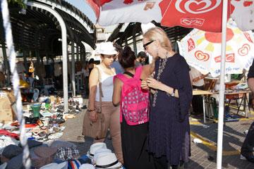 קרלה סוזאני בשוק הפשפשים (צילום: ענבל מרמרי)