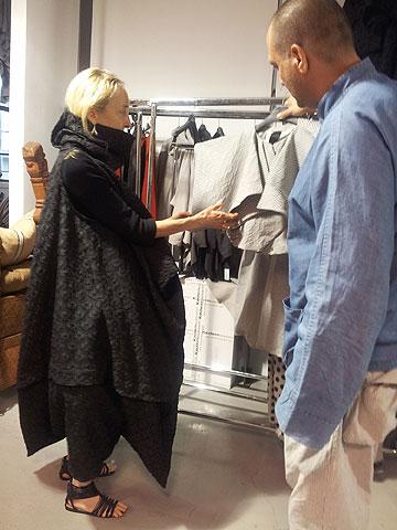קרלה סוזאני בסטודיו של ששון קדם. יצאה מהסטודיו עם שתי שמלות שחורות בגזרות מפוסלות (צילום: איתי יעקב)