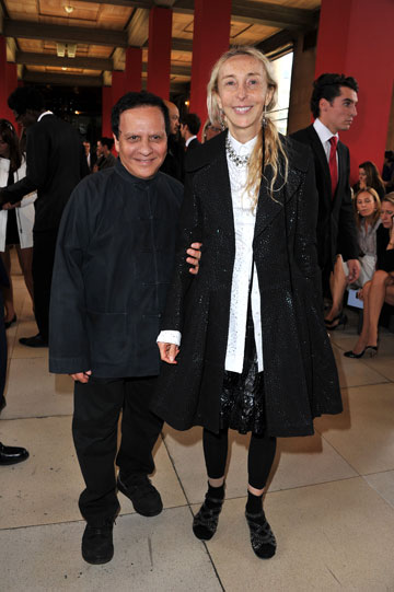 קרלה סוזאני ומעצב האופנה אזדין אלאייה (צילום: gettyimages)