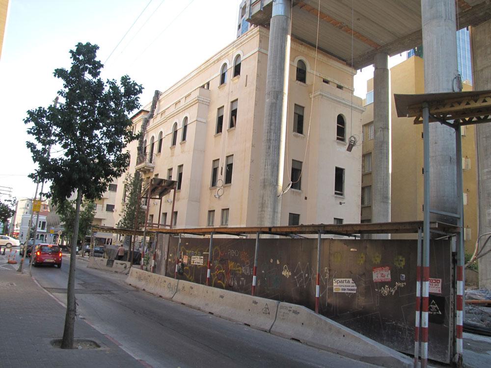 על הכתפיים: המגדל החדש נצמד לגג של בית בכר ההיסטורי, בפינת הרחובות רוטשילד-נחלת בנימין-לילינבלום בתל אביב (צילום: נעמה ריבה)
