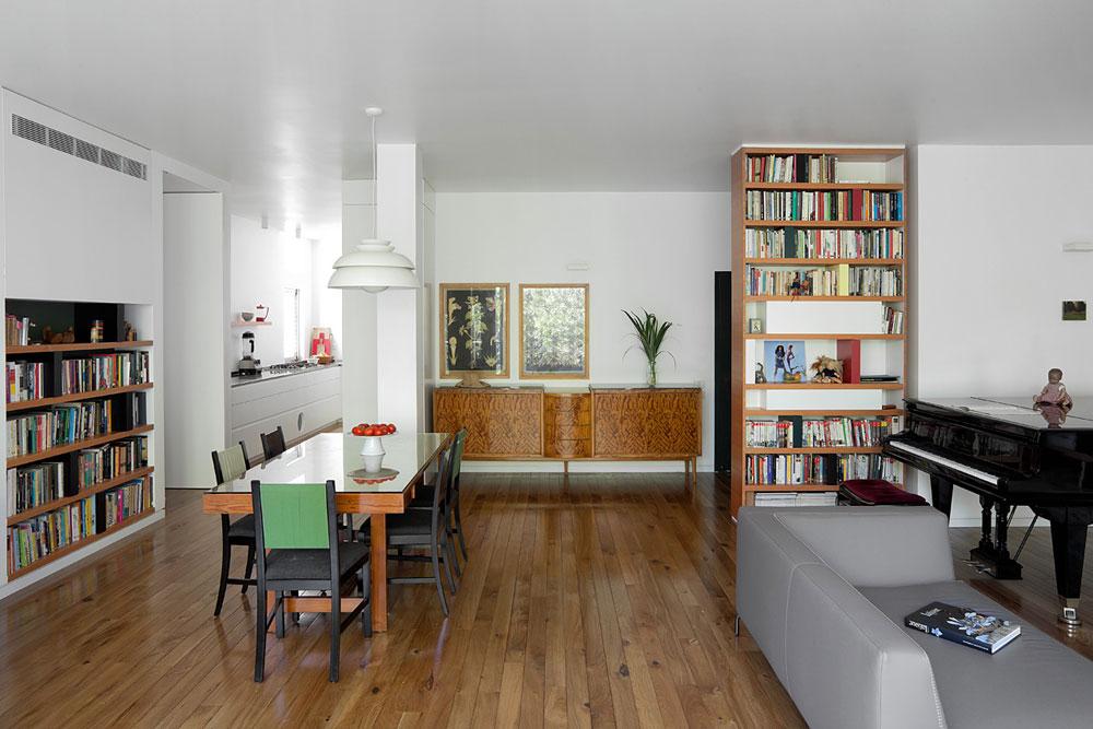 המטבח נשאר במקומו המקורי, נפרד מהסלון, אך הקיר שחצץ ביניהם הוסר. קיר ארונות המטבח הוארך והגדיר מצידו השני מבואה, שבה הוצבה קונסולה שהיתה ברשות המשפחה ונשלחה לשיפוץ (צילום: אלעד שריג)