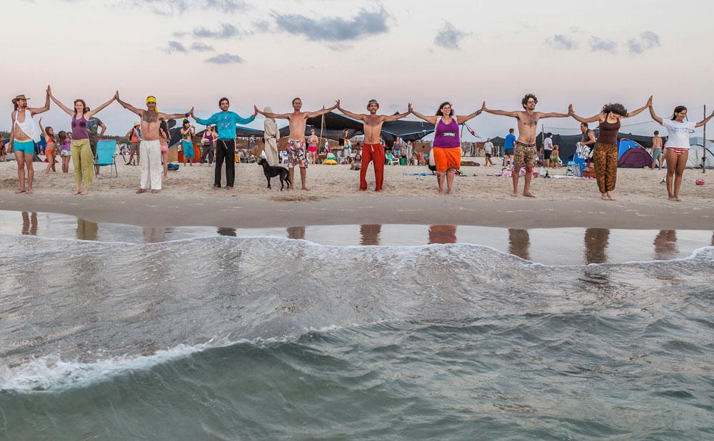 על רצועת חוף הבונים, בלי כרטיסים, בלי אישורים ורק הרבה רצון טוב (צילום: אייל לבקוביץ)