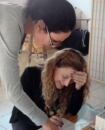 המעצבות אלי קורמן וטל כספי. ''ישראל היא שוק חזק מאוד. חצי מהנשים במרכז תל אביב כרגע בהיריון'' (צילום: ענבל שמביק)