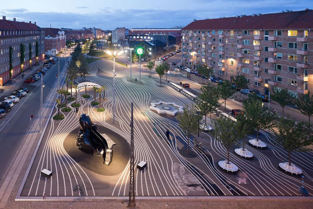 מבט מלמעלה על הפארק Superkilen, ברובע Nørrebro בקופנהאגן. תהליך הפינוי-בינוי שעבר על השכונה ריסק את המרקם החברתי שלה (צילום: Iwan Baan)