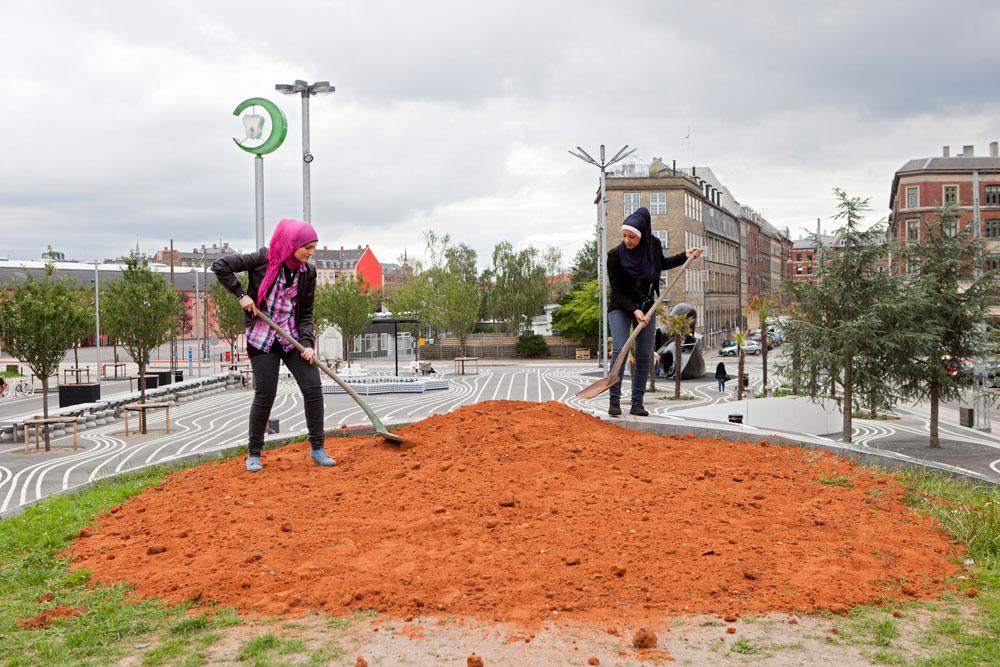 היישר מפלסטין (להלן, ישראל): שתי הנערות האלה, צאצאיות לפלסטינים שכפרם ננטש במלחמת השחרור ליד צפת, מילאו שקי אדמה בחורבות הכפר והביאו אותם לשכונה (צילום: Torben Eskerod)