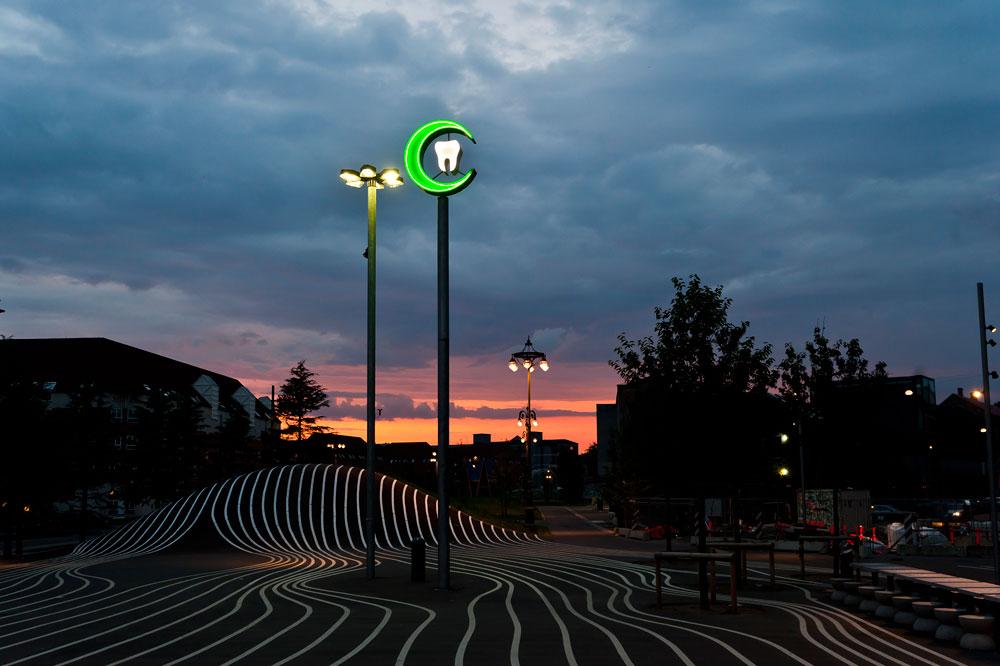 60 מדינות המוצא של המהגרים שמתגוררים כאן מיוצגות בפארק, בעידודם של המתכננים שבחרו לוותר על ריהוט הרחוב השבלוני לטובת אלמנטים מכל העולם. השלט הזה הגיע מקטאר (צילום: Mike Magnussen)