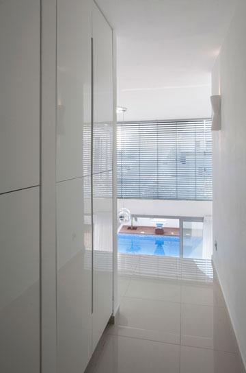 הבריכה נראית גם מקומת המרתף וגם מקומת חדרי השינה (צילום: שי אפשטיין)